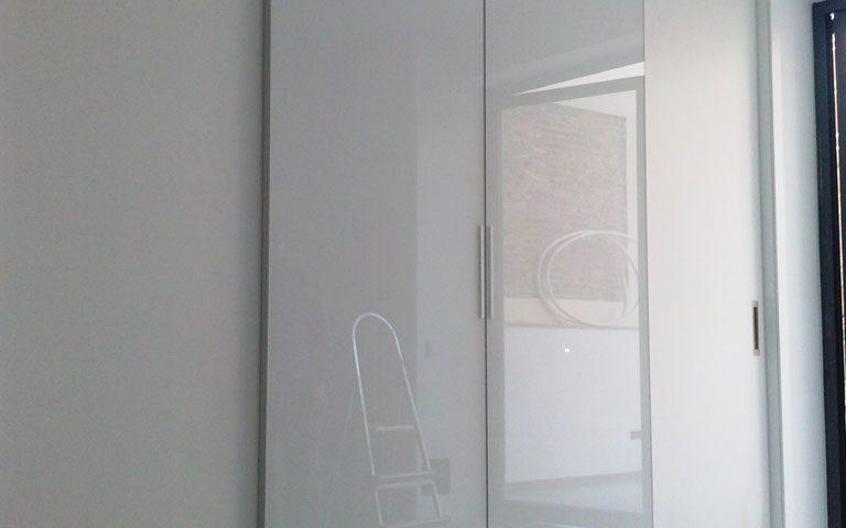 Frontal de armario con puertas de corredera acabado brillo