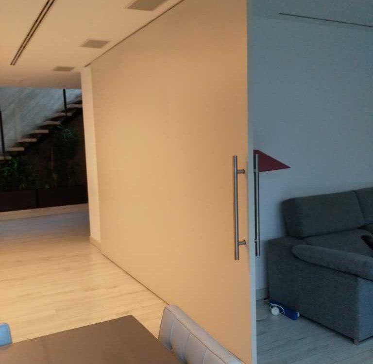 Puerta corredera separa salón comedor