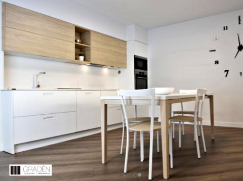 Frontal de cocina Beta , mesa y cuatro sillas de cocina