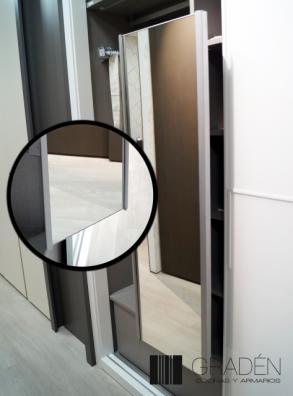Detalle de espejo en interior de armario Gradén