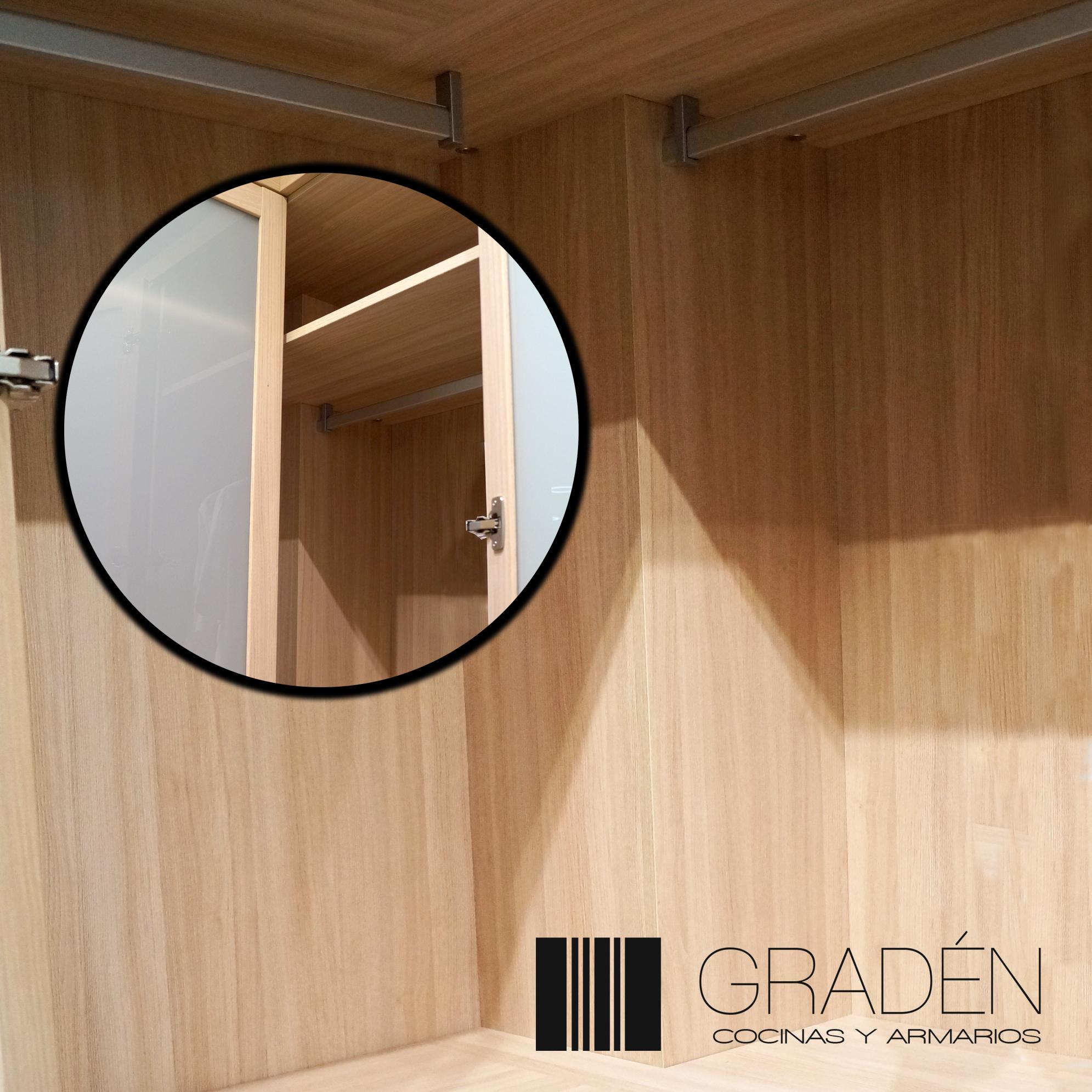Detalle de puerta y esquina interior de armario Gradén
