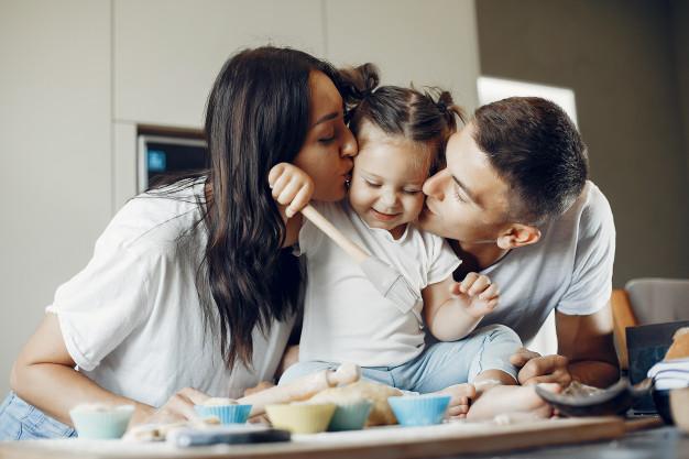 Familia con niña en la cocina Gradén haciendo galletas
